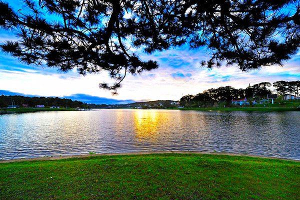 Điểm-chụp-ảnh-nổi-tiếng-ở-Đà-Lạt---Hồ-Xuân-Hương-MonStudio